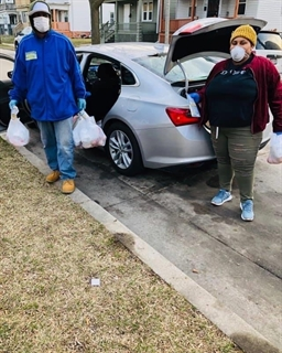 Volunteer Quan Caston (left) and Melody McCurtis prepare to deliver supplies. PHOTOS COURTESY OF METCALFE PARK COMMUNITY BRIDGES